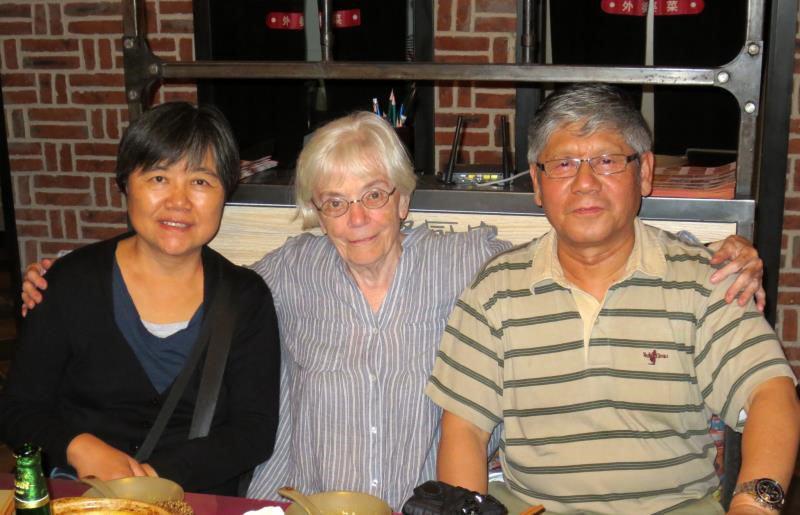 2015年8月,郑琦(右)和曾一志老师(左)同加拿大多伦多大学俄国人亚洲研究中心主任奥莉雅.·巴基赤教授(中)合影。