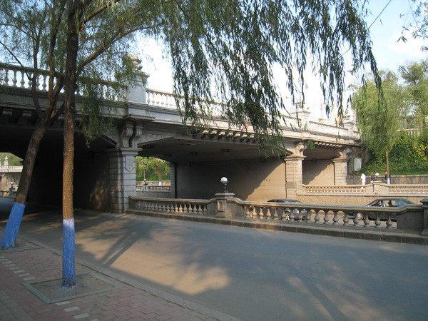 建于1984年的滨绥铁路和平路立交桥(笔者拍摄)