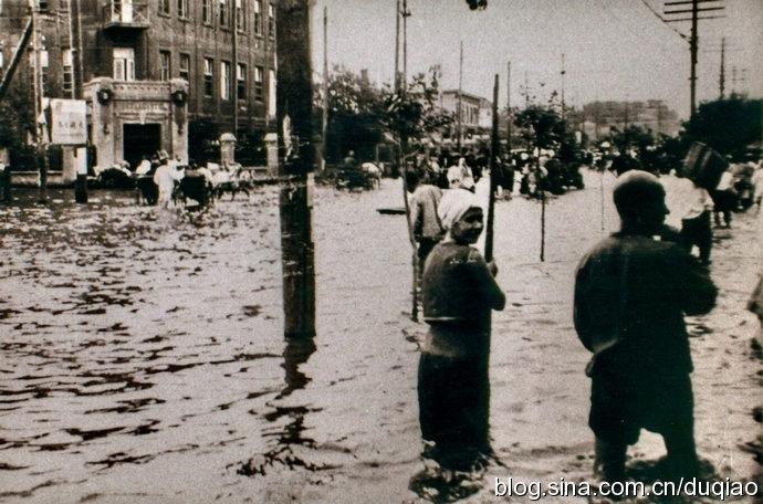 1932年时哈市的大水,图中左侧建筑即为哈尔滨霍库曼旅馆