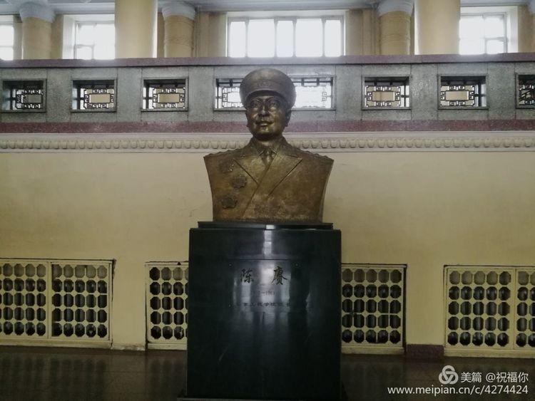 大学楼内的陈赓大将半身塑像