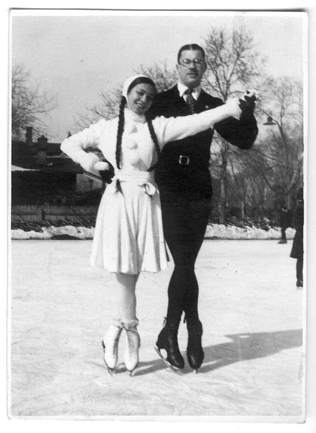 弗拉基米尔·阿布拉姆斯基与花样滑冰女伴在哈尔滨