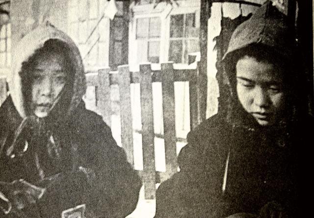 等待遣返的日本儿童卖烟谋生