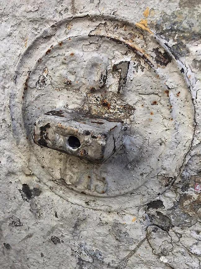 西门上神秘的圆形金属盘