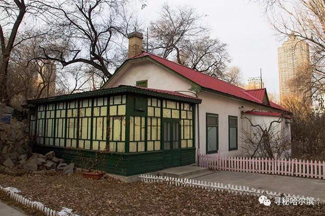 东山脚下带花房的俄式房屋