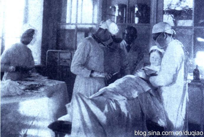 民国时期,哈尔滨特别市立医院医生正在做外科手术。