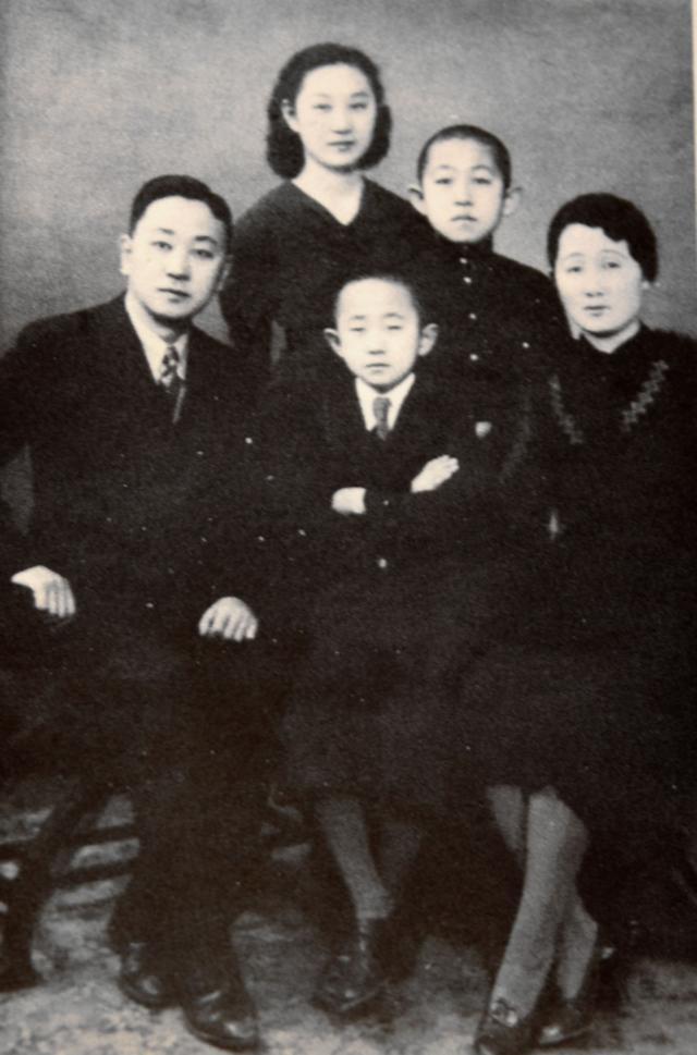 韩明禧与父母及弟弟的合影